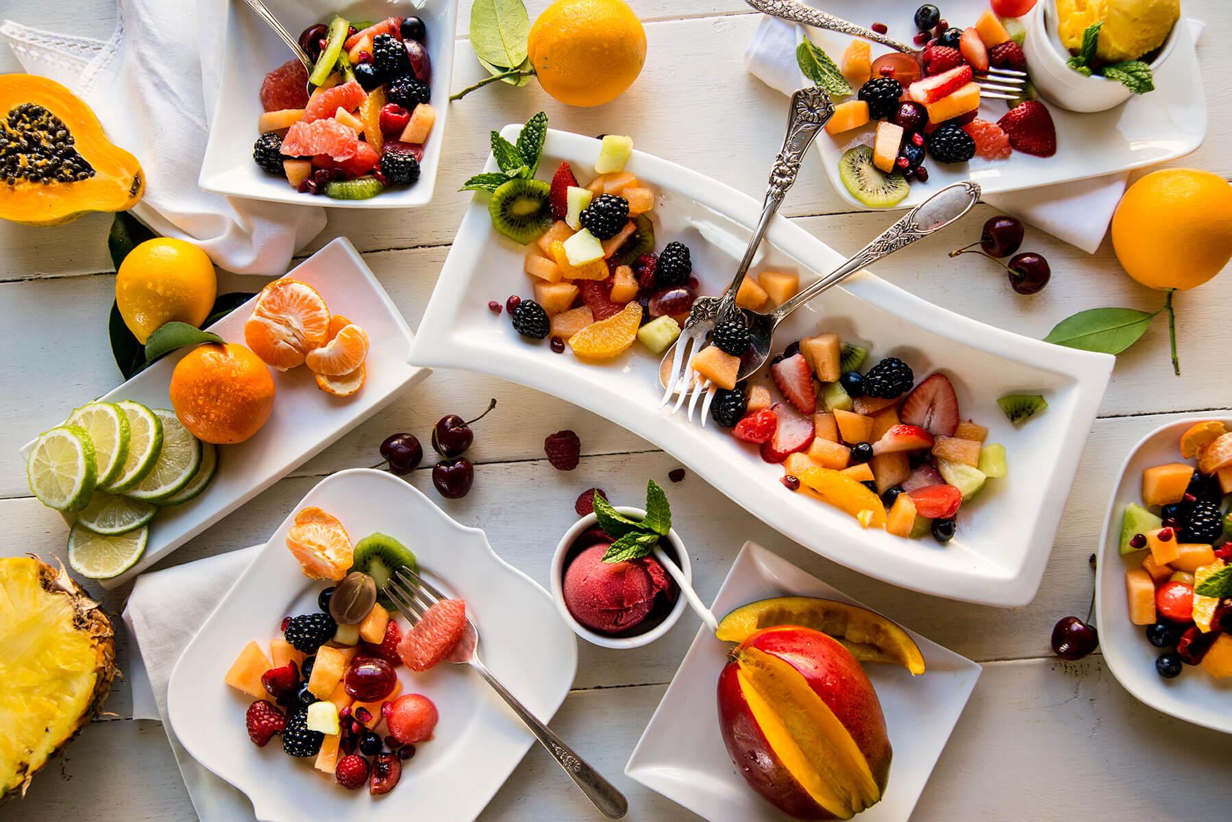 ăn trái cây, rau củ quả, uống nước giúp giảm nhiệt cơ thể và trị mụn hiệu quả