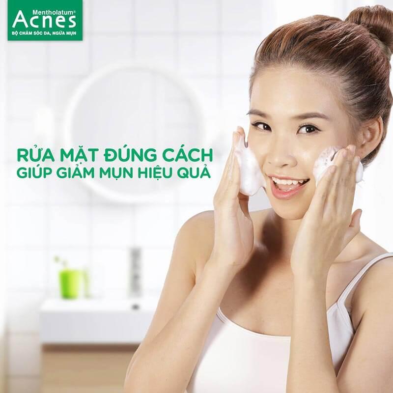 cách trị mụn dứt điểm nhờ cách rửa mặt đúng cách với sữa rửa mặt da thường acnes creamy wash