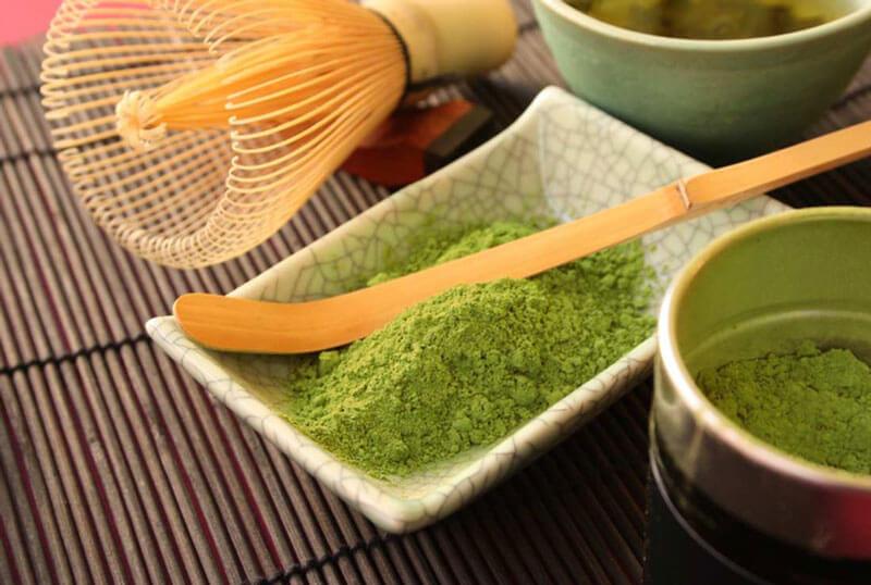 Theo nghiên cứu khoa học, trong trà xanh có chứa chất theanine. Chúng tạo ra cảm giác thư giãn cho não bộ. Bên cạnh đó trà xanh còn chứa các vitamin thiết yếu như: vitamin A, C, E. Hơn nữa bột trà xanh còn có tính sát khuẩn, chống oxy hóa. Nhờ vậy, giúp chúng ta trị mụn và ngăn ngừa mụn quay trở lại. Chỉ cần hòa bột trà xanh với một chút nước và mật ong là chúng ta đã có loại mặt nạ không chỉ trị mụn mà còn làm sáng da nữa.