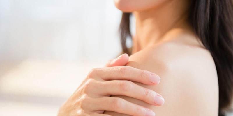 mùa hè các bạn nữ dễ bị ra mồ hôi và bí lỗ chân lông dẫn tới mụn mặt và mụn toàn thân, chuyên gia da liễu khuyên dùng sản phẩm Acnes Body shower để giúp trị mụn lưng, trị mụn ngực và trị mụn mông hiệu quả
