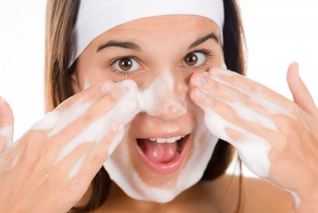 Rửa mặt với sữa rửa mặt trị mụn da dầu