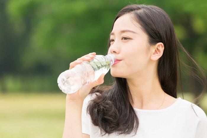 Uống nước hỗ trợ trị mụn đầu trắng