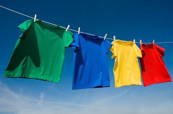 Mặc quần áo rộng rãi thoáng mát để trị mụn lưng