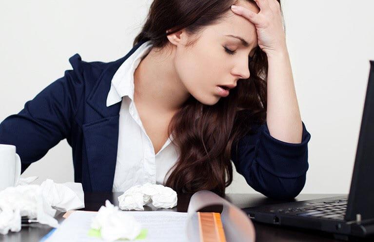 Phụ nữ căng thẳng khiến da nổi mụn, sức khỏe suy giảm, rối loạn nội tiết