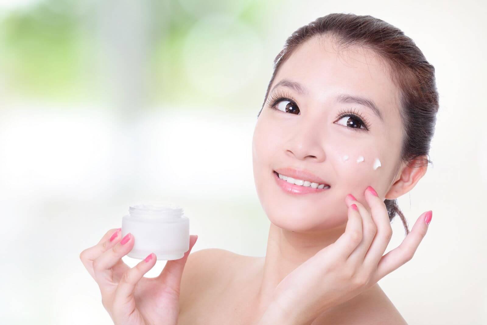 Dưỡng da chủ yếu là để bổ sung nước. Thông thường, sau khi rửa mặt, da sẽ bị khô, dễ bị thiếu nước. Việc sử dụng dưỡng da sau khi rửa mặt sẽ giúp da đỡ khô hơn. Hoặc những bạn da bị nhờn, thì kem dưỡng sẽ giúp kiềm hãm lại lượng nhờn tiết ra.