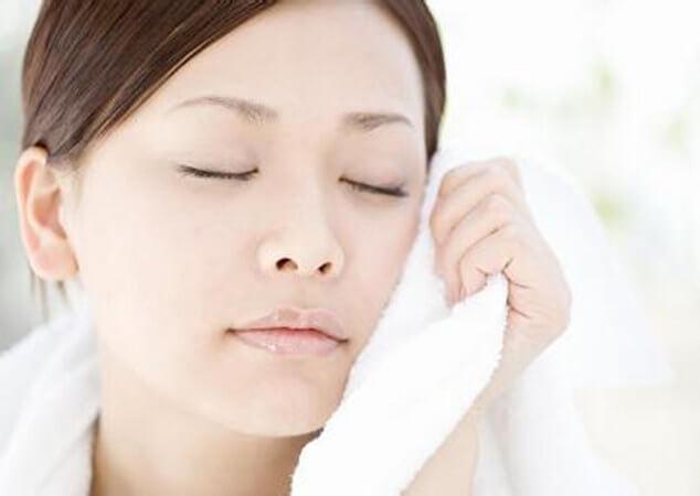 Khăn mặt khô, ráp sẽ làm cho da dễ bị trầy xước. Bên cạnh đó, khăn mặt khô sẽ làm cho da dễ bị kích thích và sản sinh vi khuẩn. Chính vì vậy, sau khi rửa mặt xong, bạn nên dùng khăn giấy hoặc bông tẩy trang để lau khô. Như vậy, da sẽ không bị tổn thương. Đặc biệt, đối với làn da bị mọc mụn, bạn nên dùng khăn giấy để thấm hết thước trên mặt. Như vậy, vi khuẩn sẽ khó có thể xâm hại da.