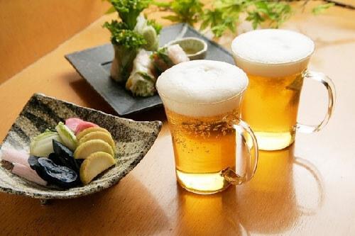 """Không dùng bia giả, bia nhái, không rõ nguồn gốc xuất xứ. Khuyến khích bạn nên mua bia lon hơn bia chai. Bởi vì bia lon thường khó làm giả hơn. Không dùng bia khi chưa được """"phơi"""". Phơi là quá trình mở nắp bia, để trong phòng mát mẻ và chờ cho cồn, gas bay hơi hết. Quá trình này thường kéo dài trong 12 tiếng. Không dùng trực tiếp bia lạnh dù là chăm sóc da hay tóc. Bạn có thể bị sốc nhiệt trong khi da hoặc tóc tiếp xúc với bia. Bia lạnh chỉ có hại chứ không có lợi. Bạn nên chú ý đeo khẩu trang khi ra đường để tránh khói bụi và nhiều tác nhân ảnh hưởng đến da. Và bạn cũng cần phải có biện pháp chống nắng tác động để da không bị sạm đen, xỉn màu."""