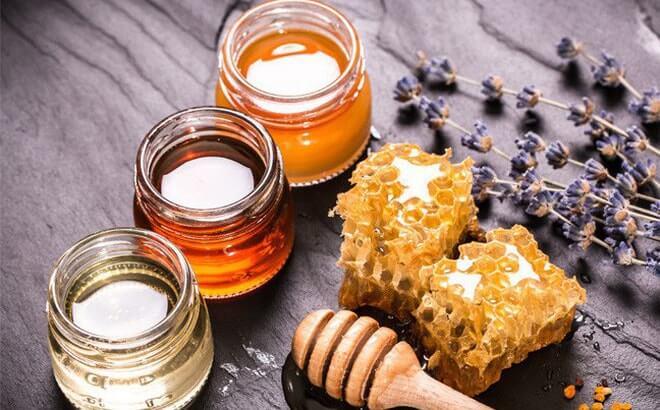 Mật ong chắc hẳn là nguyên liệu không còn quá xa lạ với nhiều người. Đặc biệt mật ong có nhiều đặc tính tuyệt vời giúp ích trong việc điều trị mụn đầu đen. Mật ong đóng vai trò như kháng sinh tự nhiên giúp kéo bụi bẩn ra khỏi lỗ chân lông. Bằng cách làm sạch mụn đầu đen. Nó còn mang lại khả năng dưỡng ẩm và thu nhỏ lỗ chân lông để cho bạn một làn da đẹp hơn.