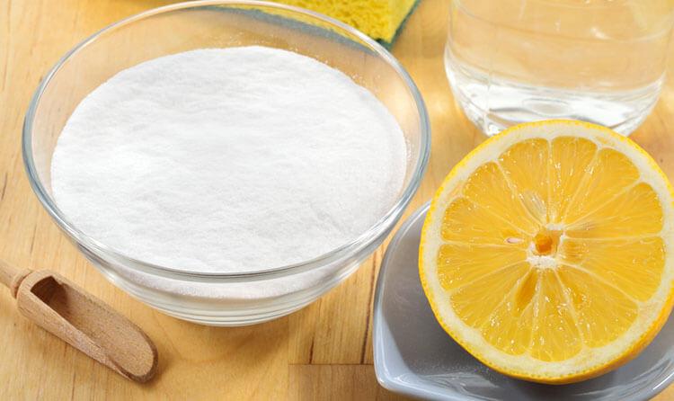 Nước cốt chanh nổi tiếng với khả năng trị mụn đầu đen hiệu quả. Tuy nhiên bạn nên lưu ý nếu làn da nhạy cảm không nên áp dụng phương pháp này, do hàm lượng axit cao trong chanh khiến da dễ bị dị ứng. Trộn 2 thìa baking soda cùng 2 muỗng canh nước và 1 thìa nước chanh. Thoa hỗn hợp lên mặt, để yên 15 phút rồi sau đó rửa sạch bằng nước mát. Đừng quên bôi kem dưỡng ẩm và thực hiện 2-3 lần một tuần.