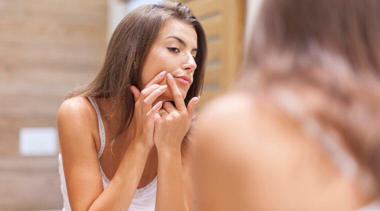 Mụn đầu đen luôn mang đến cảm giác khó chịu và gây ảnh hưởng không nhỏ đến sự tự tin của phái đẹp. Nếu không được chăm sóc một cách khoa học, mụn có thể khiến lỗ chân lông to hơn. Nếu lỡ phải đối diện với những đốm mụn đáng ghét thì cũng đừng vội lo lắng. Acnes sẽ giới thiệu với bạn một số cách xử lý mụn đầu đen cũng như kem trị mụn đầu đen và lỗ chân lông to.