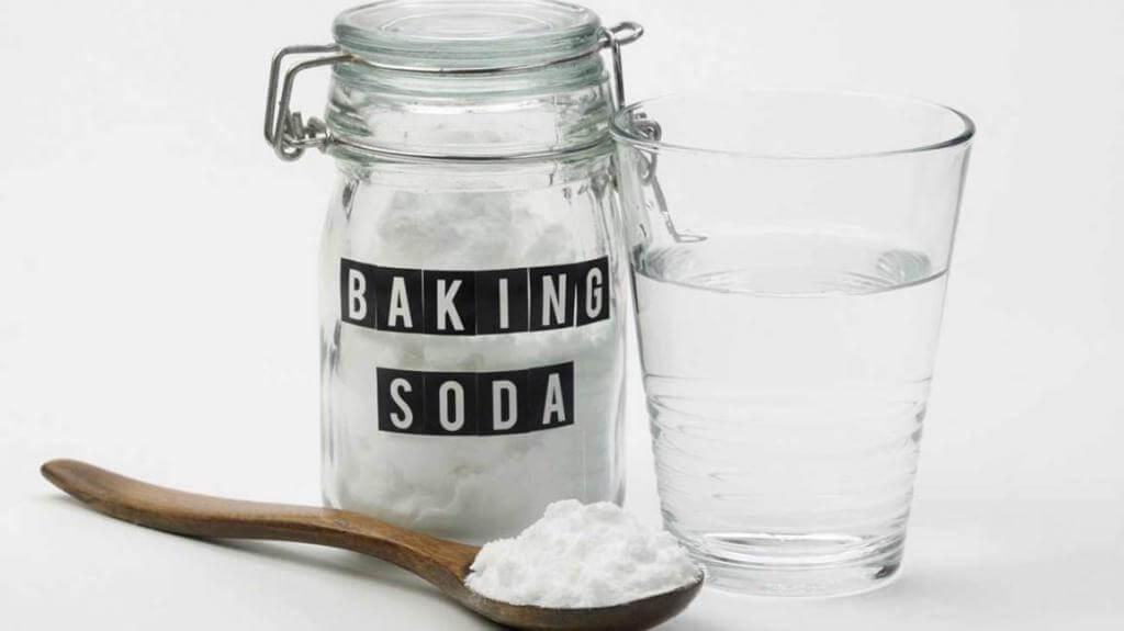 Baking soda (muối bicarbonate) đã trở nên quen thuộc trong gia đình. Vậy bạn đã biết rằng nó còn có tác dụng làm đẹp chưa? Baking soda cùng tính chất mài mòn nhẹ sẽ giúp bạn làm sạch da và tiêu diệt bớt mụn đầu đen. Bài viết dưới đây sẽ giới thiệu đến bạn 6 cách trị mụn đầu đen với baking soda.