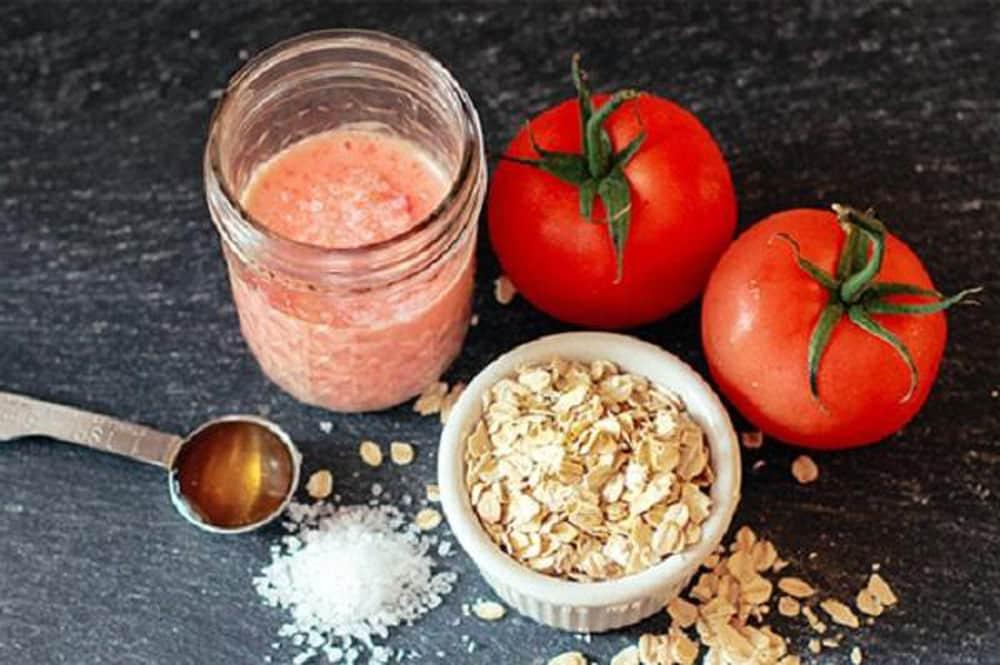 Bạn lấy một muỗng bột yến mạch, một muỗng canh mật ong và nước ép của 3 trái cà chua. Tiến hành trộn tất cả lại để tạo thành một hỗn hợp đồng nhất. Sau đó, bạn dùng hỗn hợp này chà xát lên những vùng da bị mụn. Bạn để yên trong 10 phút rồi rửa sạch lại với nước bình thường là xong.