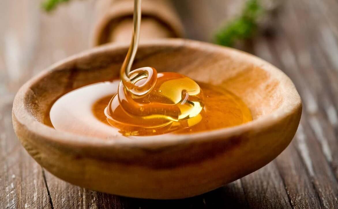 Bạn hãy lấy một lượng mật ong nguyên chất, hữu cơ vừa đủ. Tiếp theo hãy thoa lên mặt, đặc biệt là chú ý nhiều hơn đến các vùng da bị mụn đầu đen ảnh hưởng. Sau đó, bạn lưu giữ hỗn hợp trên da khoảng 10 – 15 phút và rửa sạch với nước ấm. Cuối cùng bạn rửa lại mặt bằng nước lạnh để se khít lỗ chân lông là hoàn thành phương pháp này.