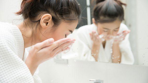 Sau một ngày dài đi ngoài đường tiếp xúc với nắng và khói bụi. Hãy nhanh chóng làm sạch da mặt ngay khi về đến nhà. Đối với kem chống nắng, bạn có thể dùng nước tẩy trang để làm sạch hằng ngày. Còn nếu sử dụng makeup, hãy tìm đến những loại tẩy trang sạch sâu hơn. Sau đó dùng sữa rửa mặt phù hợp để rửa lại lần nữa. Đây gọi là phương pháp double cleansing – tẩy trang 2 bước hay cũng là cách trị mụn ẩn 2 bên má mà nhiều beauty blogger hay những người quan tâm đến chăm sóc da áp dụng.