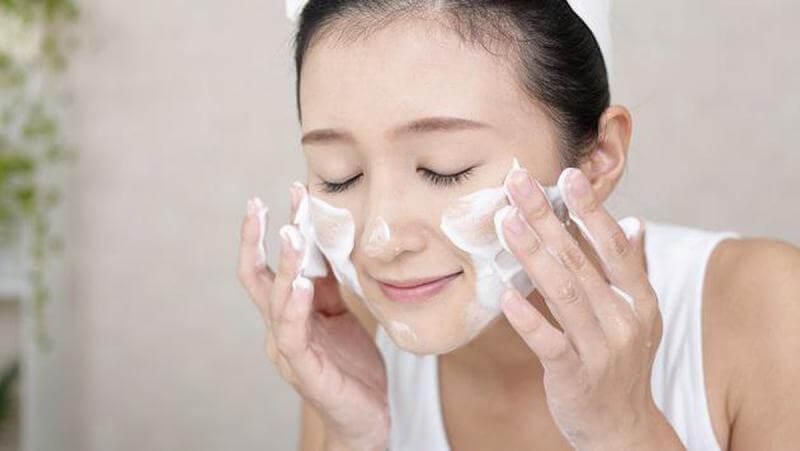 """Mụn xuất hiện sâu dưới lỗ chân lông là do chất bẩn đóng ở đó. Có thể kể đến là bụi bẩn, tế bào chết, mỹ phẩm chưa được làm sạch hay thẩm thấu hết,… Chúng cần được loại bỏ khỏi da mặt càng sớm càng tốt. Đặc biệt là trước khi bạn bắt đầu giấc ngủ dài vào buổi tối. Đôi khi, bạn sử dụng những loại kem chống nắng chống thấm nước hay những loại đồ makeup bám quá chặt trên da. Từ đó dễ lầm tưởng rằng mình đã tẩy trang sạch nhưng thực tế là chưa. Và những cặn bẩn đó """"đóng đô"""" trên da mặt. Dễ dàng mọc lan thành từng cụm hoặc rải rác khắp mặt."""
