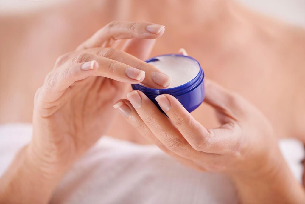 """Một trường hợp khác có thể vô tình gây ra mụn ẩn mà bạn không ngờ tới. Đó là bôi nhiều hơn lượng cần thiết những sản phẩm dưỡng ẩm. Nếu bạn liên tục layer nhiều lớp mỹ phẩm có kết cấu đặc, ẩm nhiều lên da mà làn da không thẩm thấu kịp. Phần kem dư thừa sẽ đọng lại bên trong những lỗ chân lông và sinh ra mụn ẩn. Nhất là trong khí hậu nóng ẩm thì làn da lại còn tiết nhiều mồ hôi và dầu. Chúng sẽ kết hợp cùng lớp sản phẩm thừa nhanh chóng lấp đầy và khiến những lỗ chân lông của bạn """"bí tắc"""". Hãy tiếp tục tham khảo cách trị mụn ẩn 2 bên má dưới đây."""