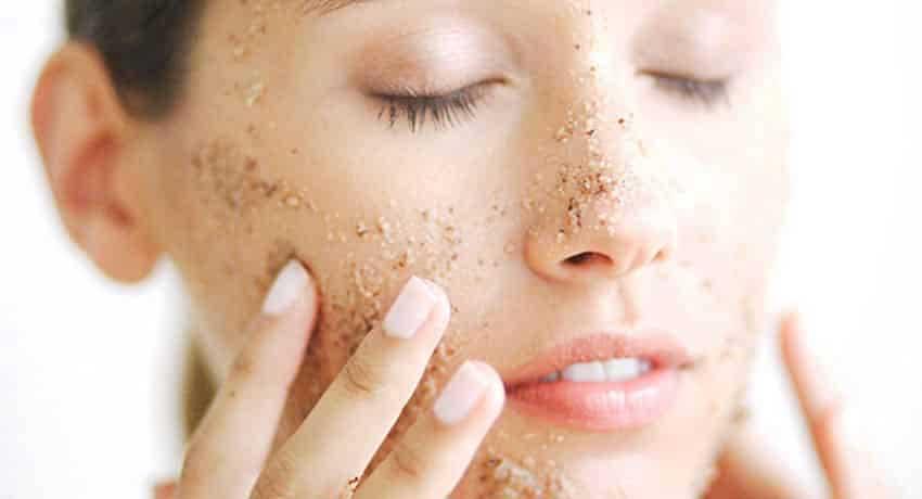 """Làn da chúng ta sản sinh ra tế bào chết mỗi ngày. Và chỉ cần một thời gian """"bỏ quên"""" thì chúng đã dồn đọng thành lớp dày trên da bạn rồi. Vì vậy cách trị mụn ẩn 2 bên má cũng như các loại mụn khác chính là chăm chỉ tẩy tế bào chết theo lịch trình thích hợp. Đối với da dầu có kết cấu dày và thô, bạn có thể tẩy tế bào chết 2-3 lần/tuần. Còn đối với loại da mỏng như da khô hay da nhạy cảm, bạn có thể chỉ cần tẩy tế bào chết 1 lần/tuần."""