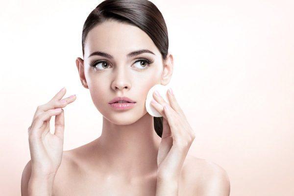 Tẩy trang sạch sẽ mỗi ngày để ngăn ngừa mụn đầu đen