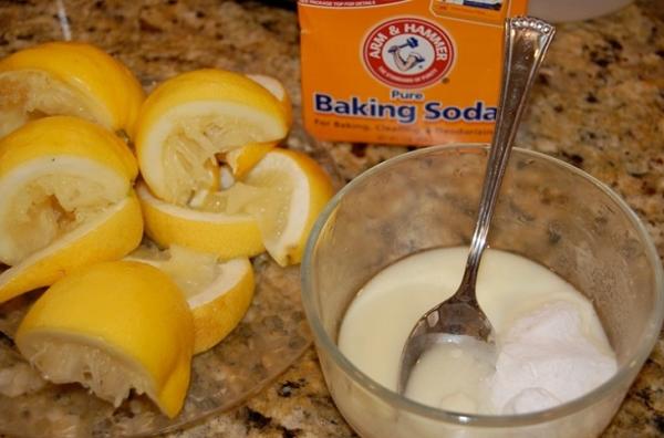 Sử dụng baking soda và nước cốt chanh để trị mụn đầu đen